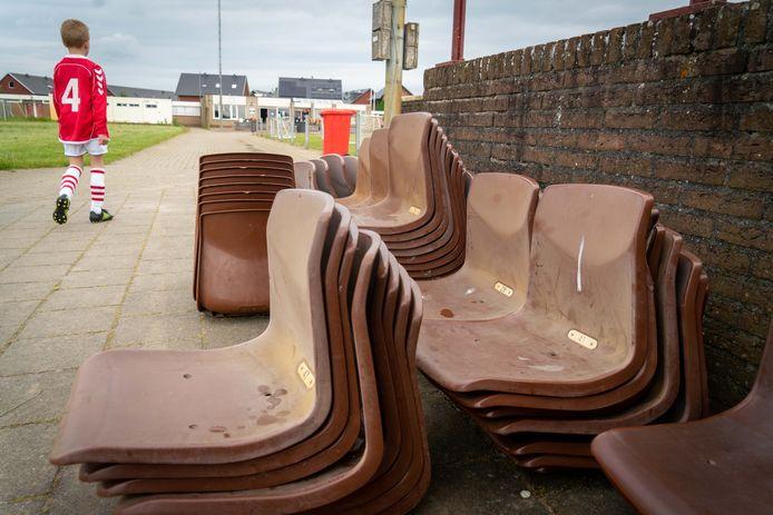 De oude tribunestoeltjes van Jonge Kracht, vrijdagavond losgeschroeft van de tribune in Huissen. De zitjes waren in 1998 afkomstig uit het oude Diekmanstadion van FC Twente.