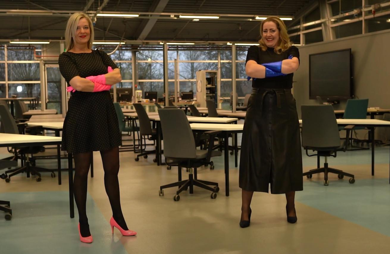Marieke van den Berg, directeur van van het Omnia College (links) en Desiree Kon, locatiedirecteur van het Da Vinci College in Gorinchem komen aan het eind van de video als zichzelf in beeld.