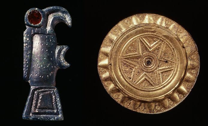 Links: bronzen vogelfibula, rechts een bronzen, vergulde schijffibula.
