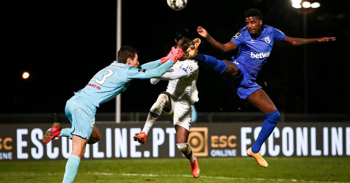 Porto-speler afgevoerd naar ziekenhuis na horrorcrash met doelman van tegenstander - AD.nl