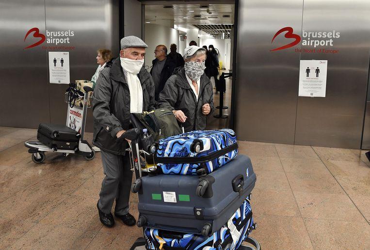 Belgische reizigers in de aankomsthal van Brussels Airport na terugkomst uit Marokko.