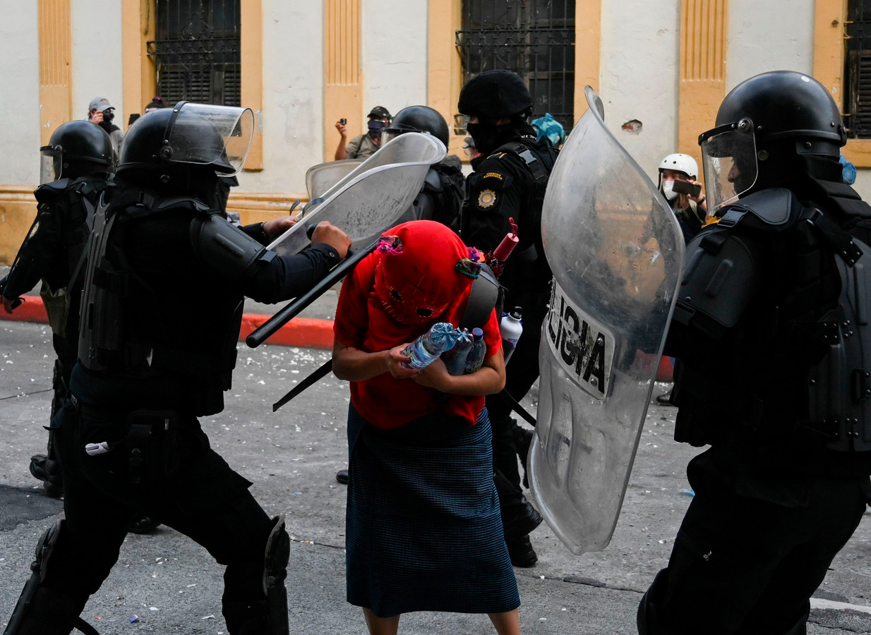 De oproerpolitie sloeg hardhandig in op demonstranten in de Guatemalteekse hoofdstad.
