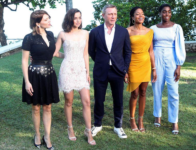 Lea Seydoux, Ana de Armas, Daniel Craig, Naomie Harris en Lashana Lynch op de set van 'Bond 25'.  Beeld REUTERS