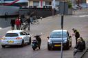 Een agent bezig met een controle op de Rijnkade.