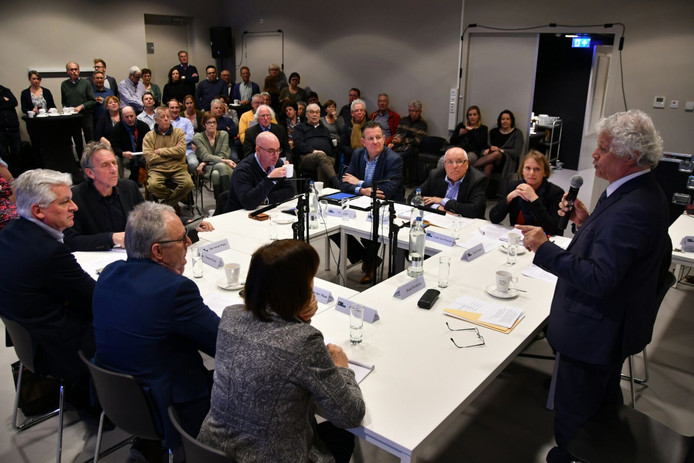 Oud-burgemeester van Oirschot Ruud Severijns (r) leidde maandag het gesprek tussen de vier partijen in Hilvarenbeek.