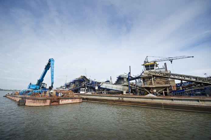 De drijvende ontzandingsfabriek van Smals in het gebied Over de Maas.