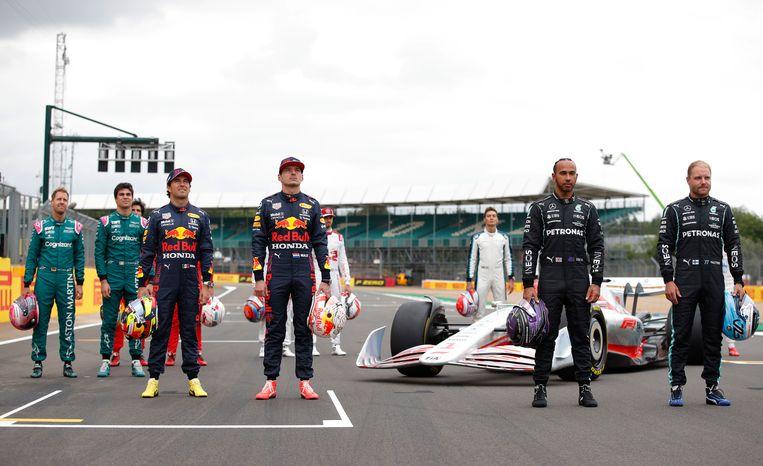 Op het circuit van Silverstone poseren de rivalen voor de F1-auto die in 2022 het beeld zal bepalen. Beeld REUTERS