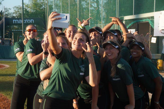 Marjolein Merkx neemt een selfie van het team.