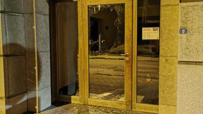 Vandalen vernielen toegangsdeur bibliotheek