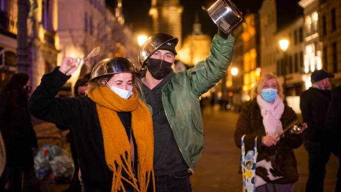 """Antwerpse horecasector komt op straat en laat letterlijk van zich horen: """"Dat we niet opgeven, nóoit opgeven"""""""