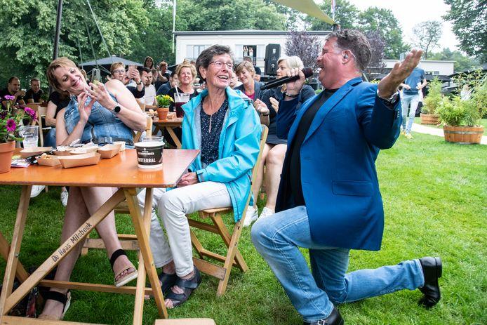 Zanger Wolter Kroes zoekt direct zijn publiek op tijdens het zitconcert bij De Wolfsberg in Groesbeek.