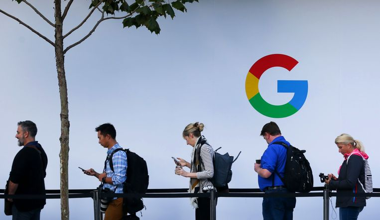 Mensen wachten in de rij voor een Google event. Het bedrijf wordt onder druk gezet door Unilever.  Beeld AFP