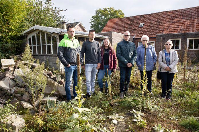 Een groep inwoners van Casteren werkt samen in een bouwproject om tien huizen te bouwen. Ze staan in de tuin van een van de twee te slopen woningen waar het project moet komen. Vlnr: Camiel Versteden, Jochem Casteleijns, Sanne Liebregts, Ed Verhoeven, Jo van Loenhout en Zus De Punder.