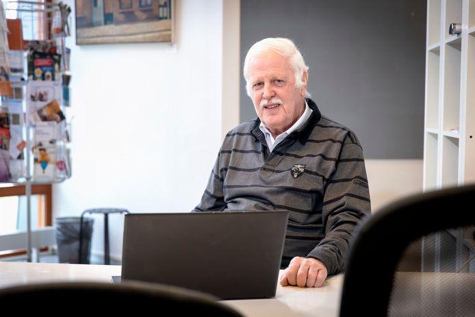 Jan van den Hoek zit er al helemaal klaar voor; vanaf 1 maart gaat hij weer honderden belastingaangiftes invullen.