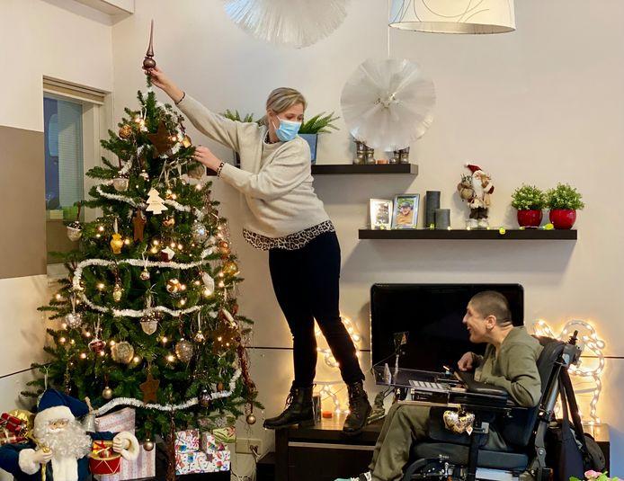 Corona of niet, medewerkers zorgen net als andere jaren voor een gezellige kerstsfeer, zoals hier in een van de woningen van SWZ in Son.