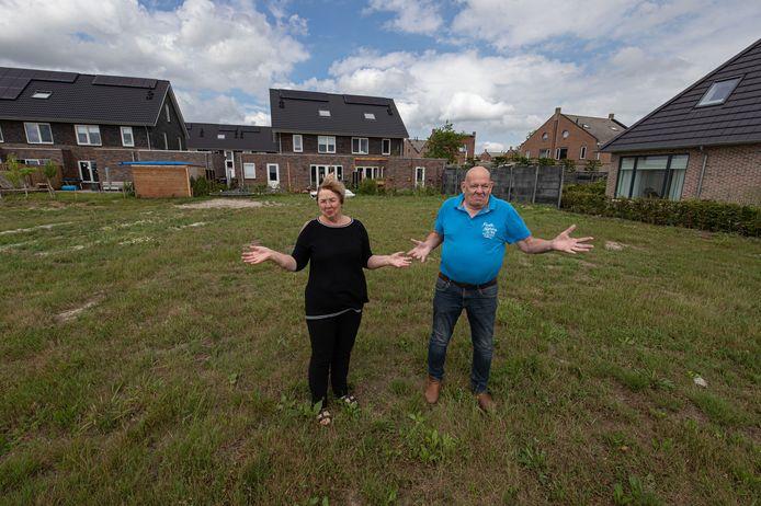 Geke en Harrie Metselaar op het stukje grond in Marknesse die zij hadden gekocht en wat nog steeds braak ligt.