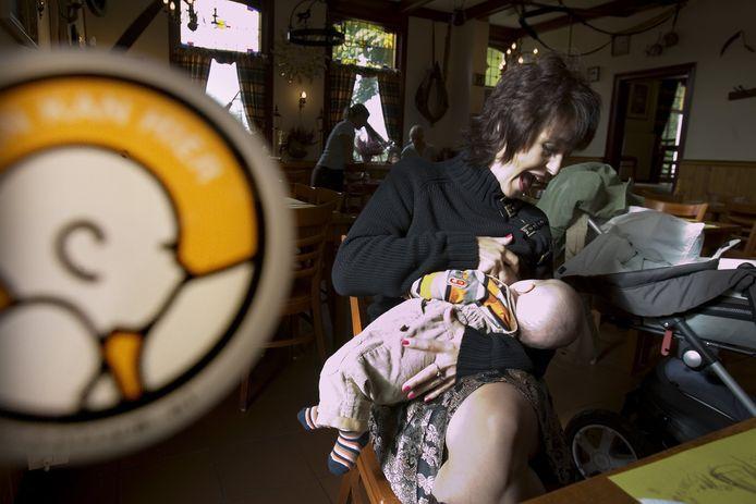 Voeden kan hier. Dergelijke stickers maken duidelijk waar borstvoeding gegeven kan worden.