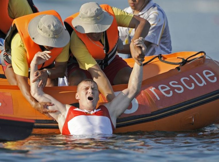 Wylenzek wordt in een reddingsboot geholpen. Foto AP/Kevork Djansezian Beeld