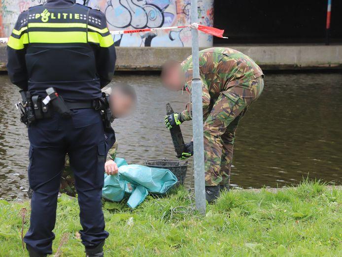 Magneetvissers 'hengelen' granaat uit sloot in Rijswijk.