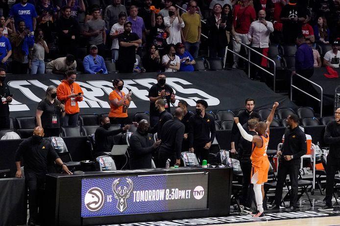 Phoenix Suns-ster Chris Paul viert het bereiken van de finale van de NBA met de fans.
