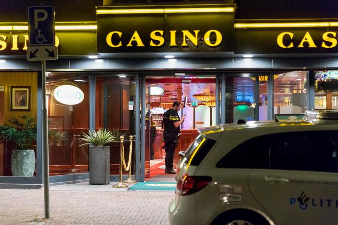 Hulpdiensten ter plaatse bij het casino in Cuijk, vrijdagnacht.