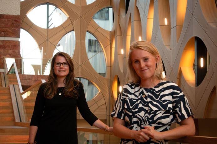Eva Koffeman (rechts) uit Vierhouten en Leverne Nijman (links) uit Empe gaan de Nederlandse jongeren vertegenwoordigen bij de Verenigde Naties en de Europese Unie.