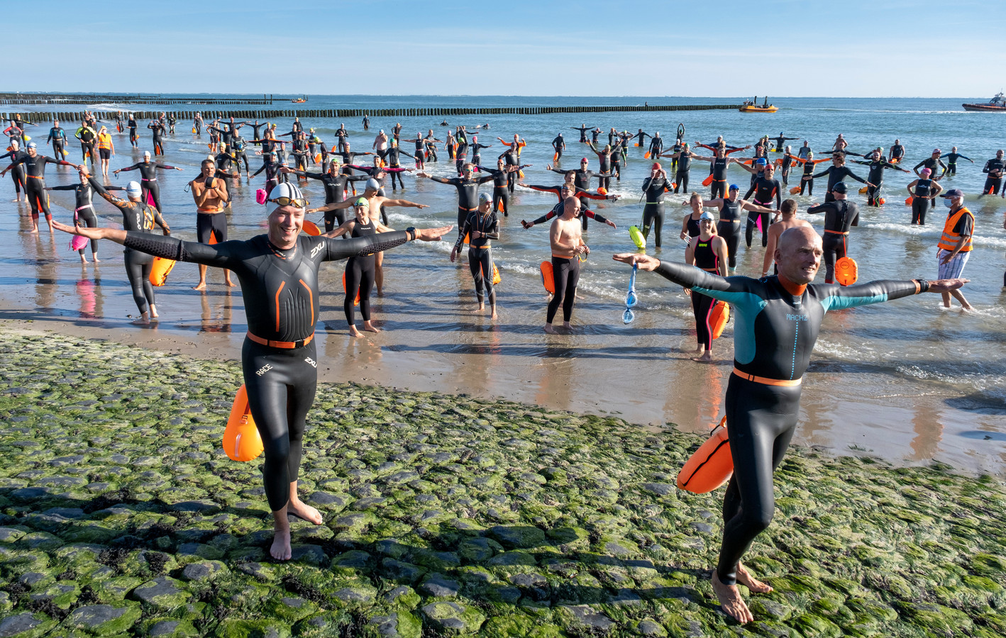 214 zwemmers aan de start van de zwemtocht Westkapelle-Zoutelande.