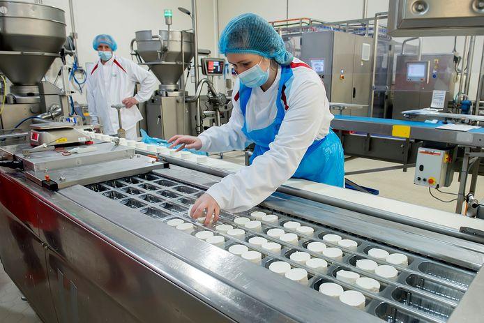Het bedrijf Bettinehoevefabrikant van geitenkaas. de verpakkingsafdeling van de geitenkaasjes.