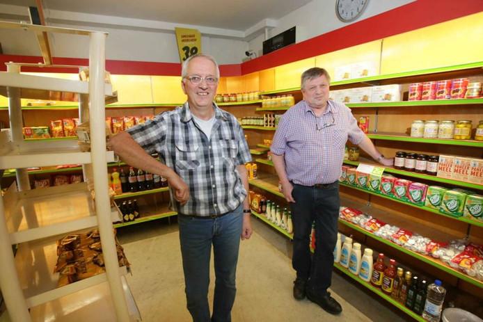 Harry (links) en Ben (rechts) Pijfers in de supermarkt.
