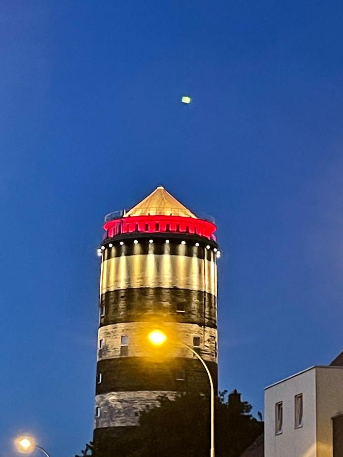De watertoren in Bredene kleurt rood tijdens het EK voetbal
