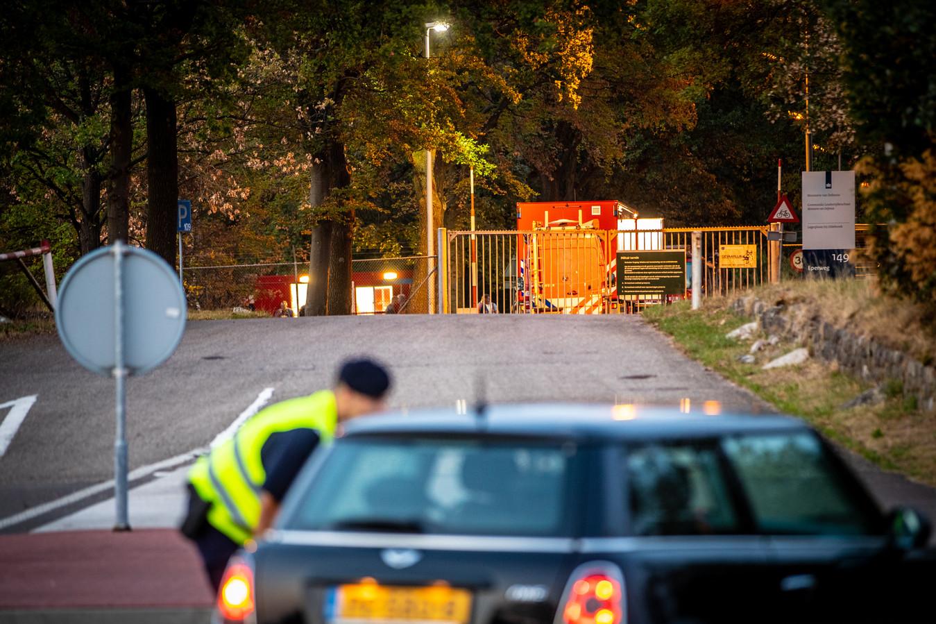 Op de legerbasis in Oldebroek wordt onderzoek verricht naar een verdacht pakketje. De marechaussee instrueert een automobilist.