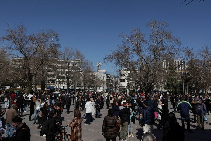 Mensen na de beving op straat in de stad Larissa.