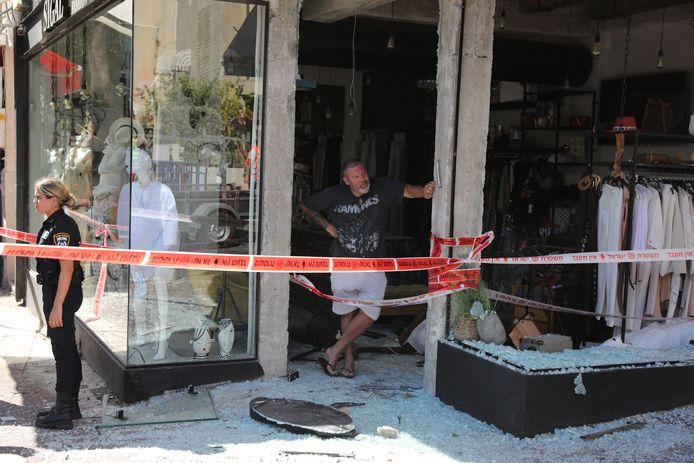 Een vanuit Gaza afgevuurde raket vernielde onder meer een kledingwinkel in Tel Aviv. Sinds maandag zijn vanuit de Gazastrook naar schatting tweeduizen raketten zijn afgevuurd.