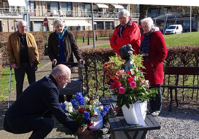 Burgemeester Carol van Eert legt bloemen bij het oorlogsmonument in Velp.