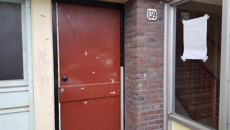 Kogelgaten in een deur in Slotervaart na de schietpartij waarbij Goran Tasic werd doodgeschoten Beeld .