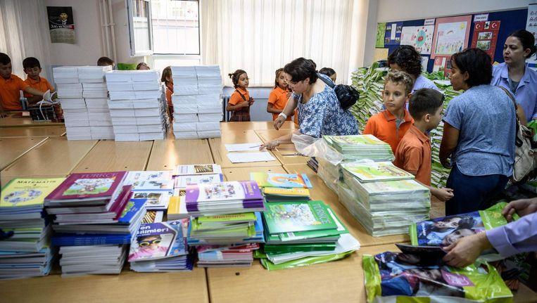 Kinderen wachten totdat ze hun boeken krijgen, in een school in Istanbul op 19 september. Het was voor het eerst dat scholieren naar school gingen sinds de mislukte coup. Beeld afp