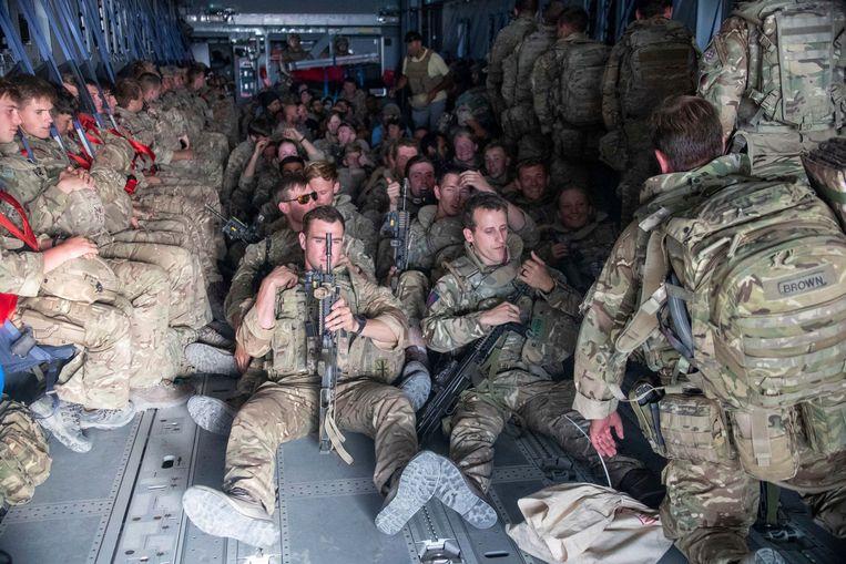 Britse militairen vertrekken noodgedwongen uit Afghanistan. Amerika is onvermurwbaar en de rest van de wereld heeft maar te volgen. Van een 'speciale band' van de Amerikanen met de Britten is kennelijk geen sprake meer.   Beeld AP