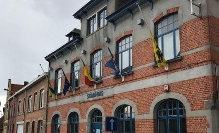 Ook in Mesen hangen de vlaggen halfstok voor de gestoven brandweermannen