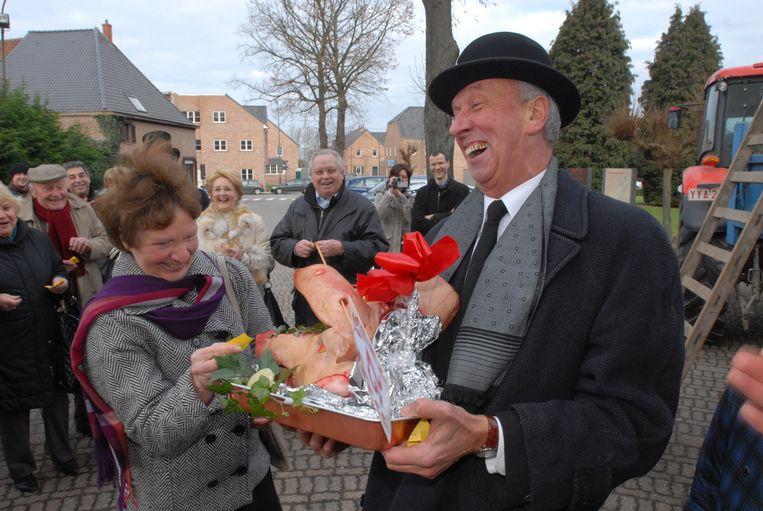 Ook zondag zal Houtemnaar Albert Absillis opnieuw een varkenskop verloten na de misviering.