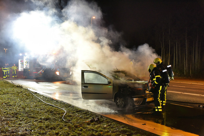 Het motorblok van de auto brandde volledig uit.