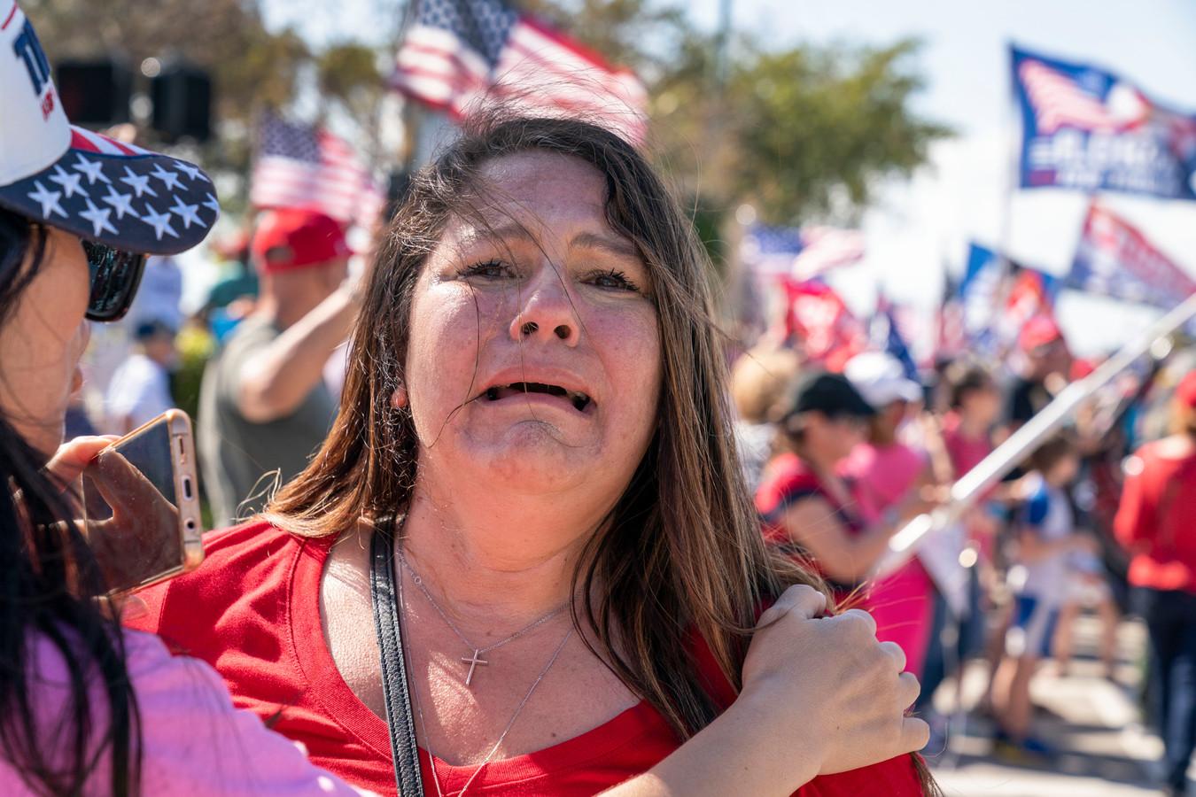 Trump-aanhangster Tricia Guillemette moest even bekomen na de doortocht van het autokonvooi met Donald Trump in West Palm Beach (Florida). De vrouw kon een glimp opvangen van haar idool.