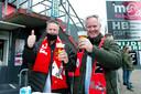 Supporters van FC Emmen nemen een biertje op de goede afloop.
