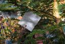 'Voor allen voor wie deze periode niet makkelijk is door verlies van een naaste. Ome Henk, Rietje zou trots op je zijn. Dikke Knuffel', staat er op een van de vele kaartjes die aan de kerstboom voor Rietje zijn gehangen.