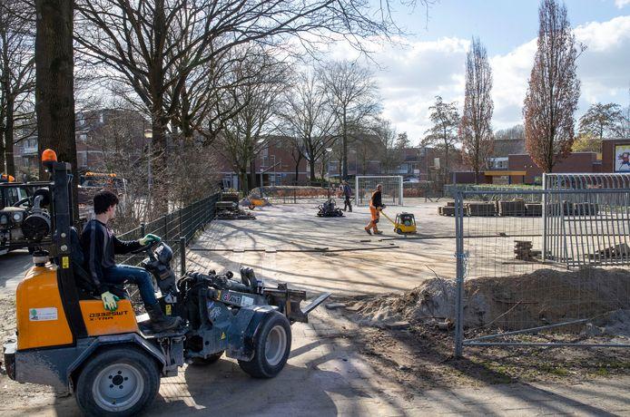 Het speelveld in de wijk Tarthorst wordt opnieuw ingericht zodat het ook gebruikt kan worden voor gymlessen.