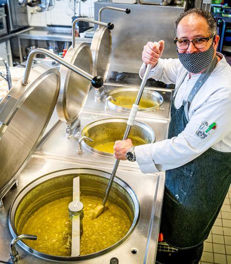 Urenlang boven het fornuis: Brigitte en Pierrôt maakten 200 (!) liter erwtensoep voor de Voedselbank