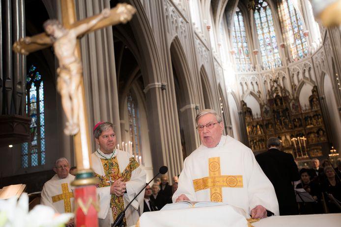 In 2016 kwam hulpbisschop Rob Mutsaerts (links) naar de Heuvelse kerk van zijn jeugd om de 80e verjaardag van pastoor Van Noorwegen mee te vieren.