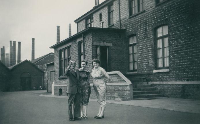 Anton en Maria Evraets voor hun woning op het fabrieksterrein, met in het midden dochter Jo.
