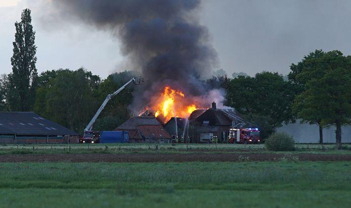 Vlammen sloegen uit het dak van de boerderij.