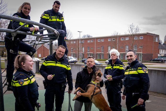 Hond Falco kreeg van de Arnhemse wijkagenten de eerste politiehalsband om gedaan.