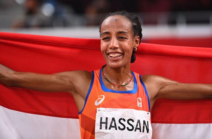 Sifan Hassan draagt tijdens de sluitingsceremonie de Nederlandse vlag.